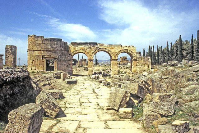 640px-HierapolisPortaDomizianoInterno